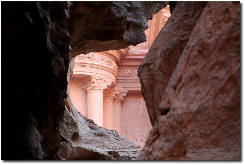Detalle de la fachada del Tesoro, en Petra, visto a través del desfiladero