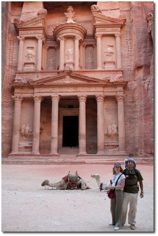 Obligatorio posar frente a la fachada del Tesoro, en Petra