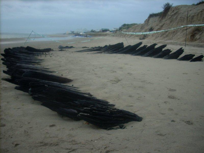 Restos del barco aparecido en El Portil (Huelva) (foto: Made In Huelva)